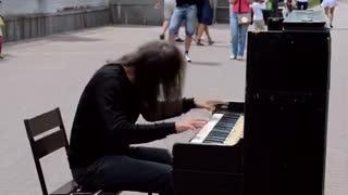موسیقی بی کلام:پیانیست خیابانی اهل کیف،  پایتخت کشور اکراین