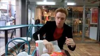 خوردن ساندویچ مک دونالد